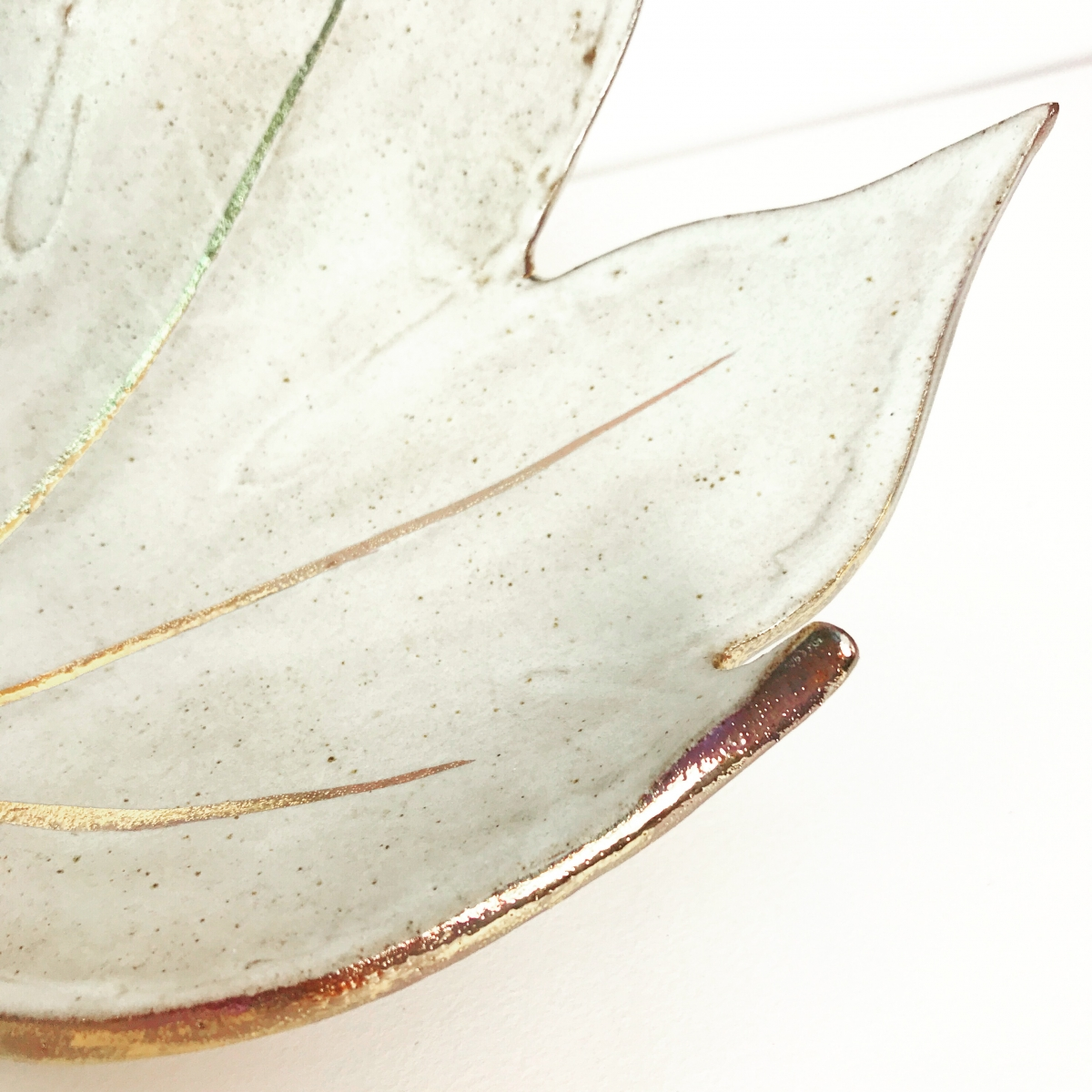 White & Gold Fatsia Leaf Fruit Bowl with Lustre Detail